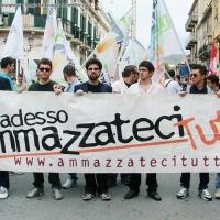 Aldo Pecora con i ragazzi di Ammazzateci Tutti a Reggio Calabria