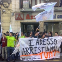 Aldo Pecora con i ragazzi di Ammazzateci Tutti a Reggio Calabria dopo l'arresto di Giovanni Tegano