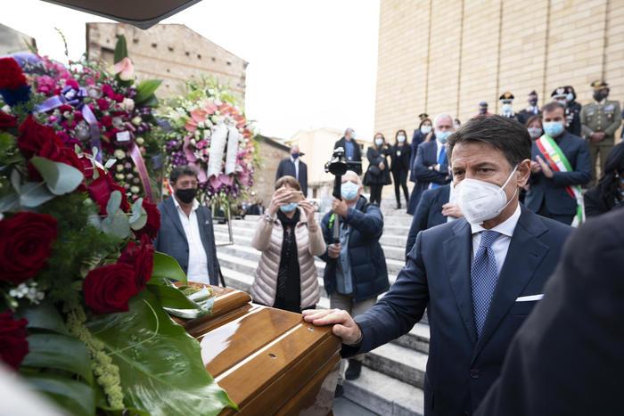 Giuseppe Conte ai funerali di Jole Santelli (foto: Ansa)